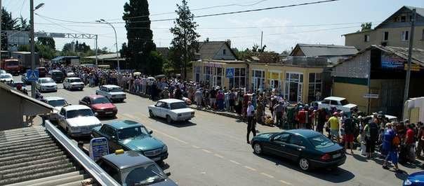 Поток туристов на границе Абхазии и России