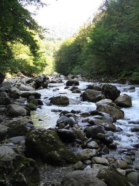 Горная река Псоу - это граница Абхазии и России