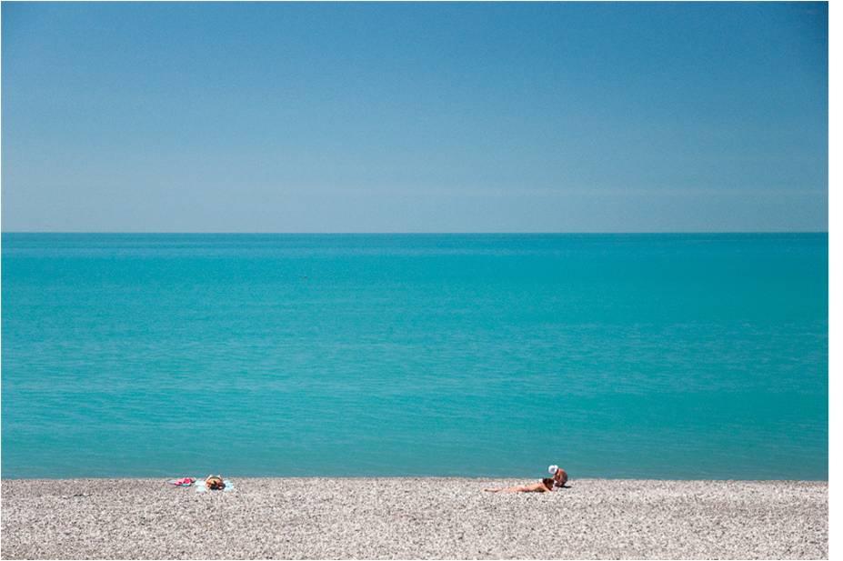 Пустынный пляж Гагры в ожидании лета