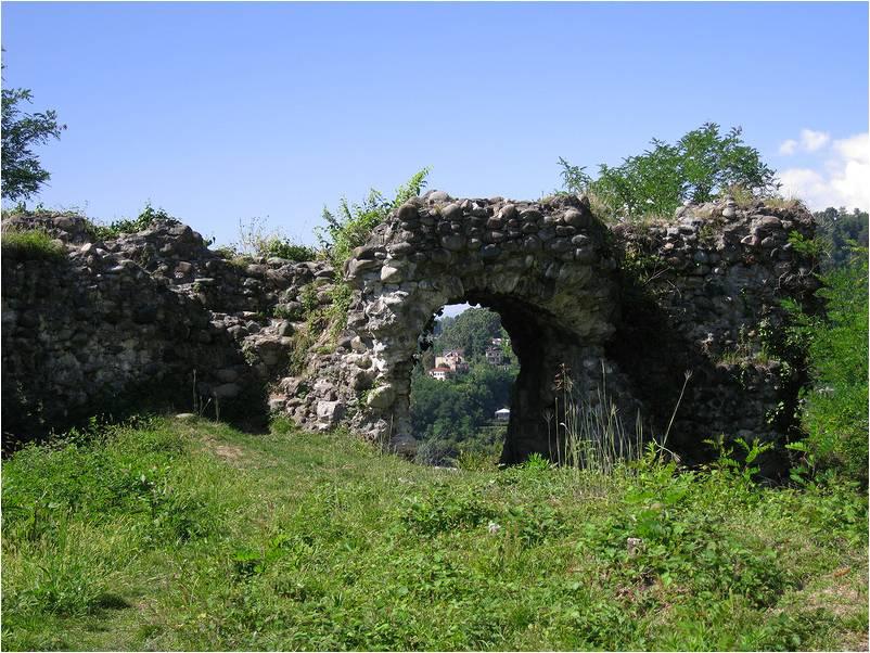 Останки стен Замка Баграта
