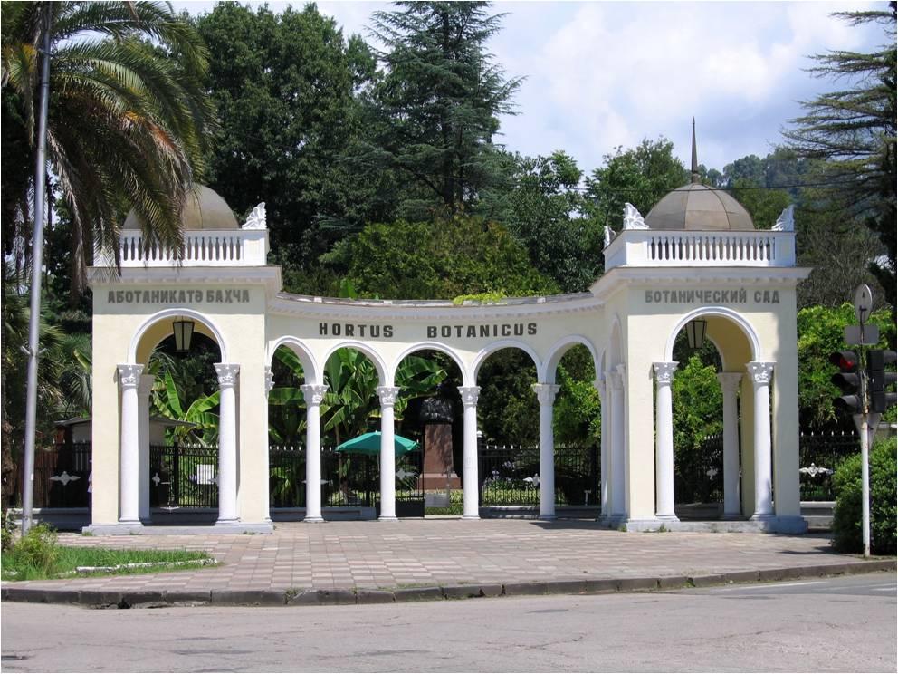 Живописная колоннада Ботанического сада Сухума