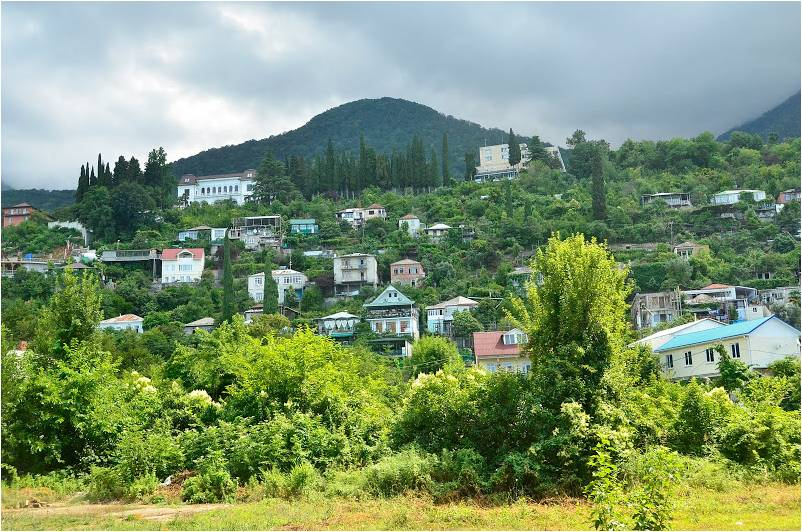 Многочисленный частный сектор Гагры на склонах гор