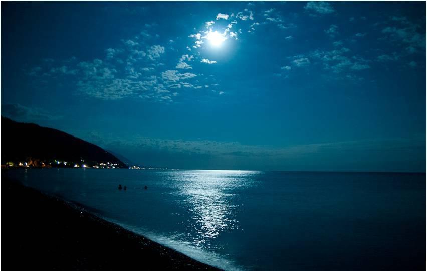 Ночное купание в теплом море на отдыхе в Гагре