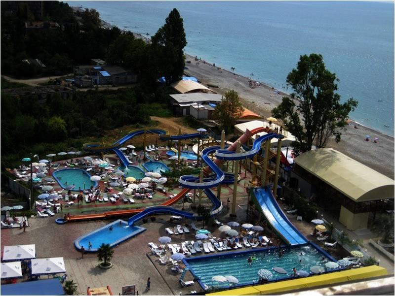 Аквапарк - одно из развлечений пляжного отдыха в Гагре