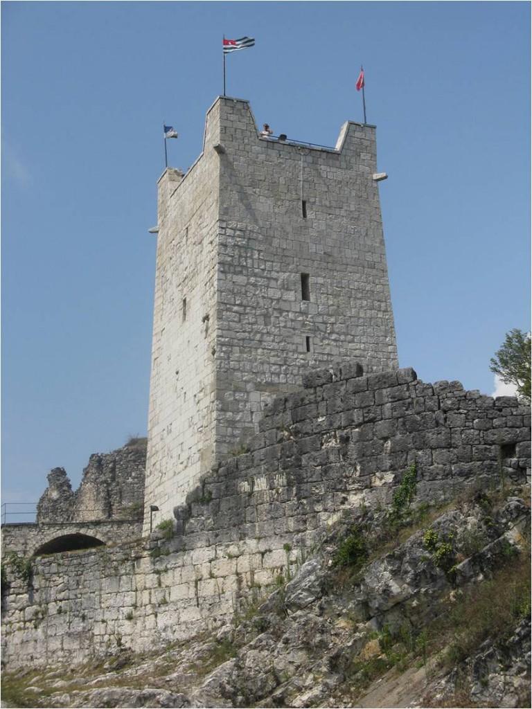 У стен Восточной башни  Анакопийской крепости