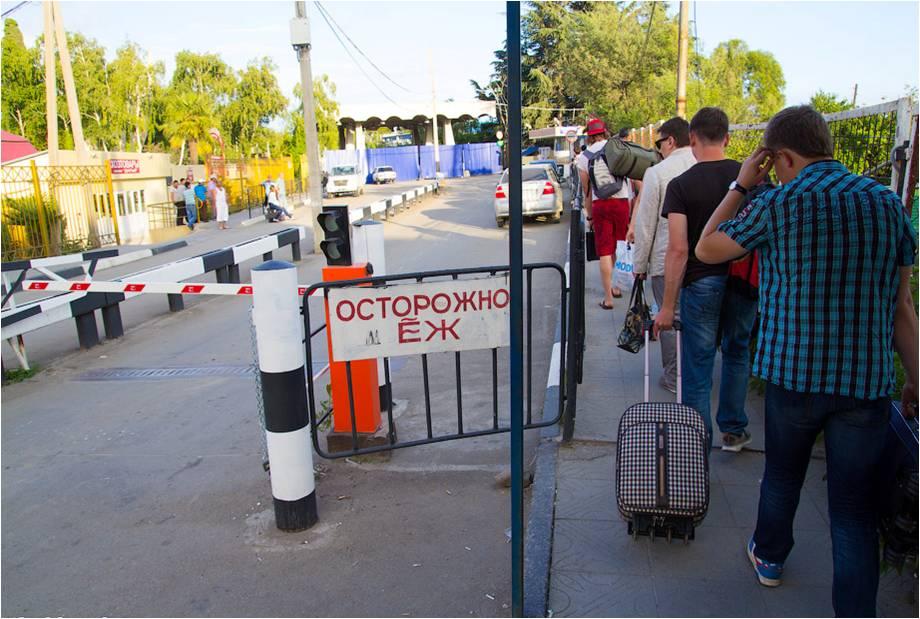 Утренний десант отдыхающих на границе с Абхазией