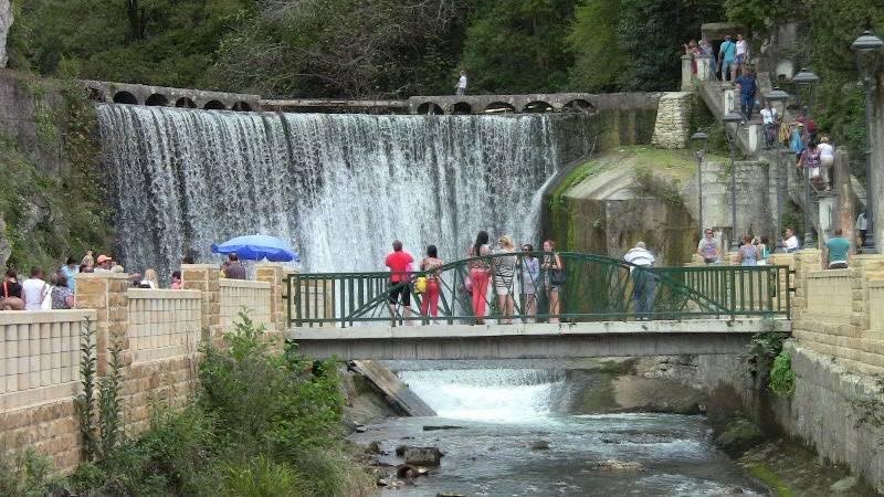 Рукотворный водопад, построенный монахами Новоафонского монастыря
