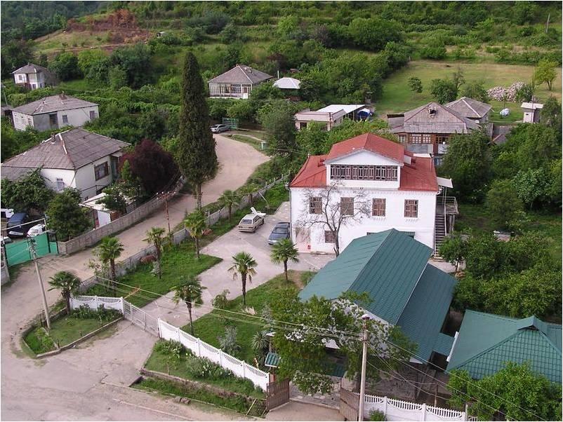 Домики частного сектора в поселке Лдзаа