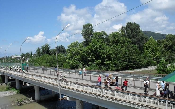 Пешеходный мост через Псоу на границе Абхазии