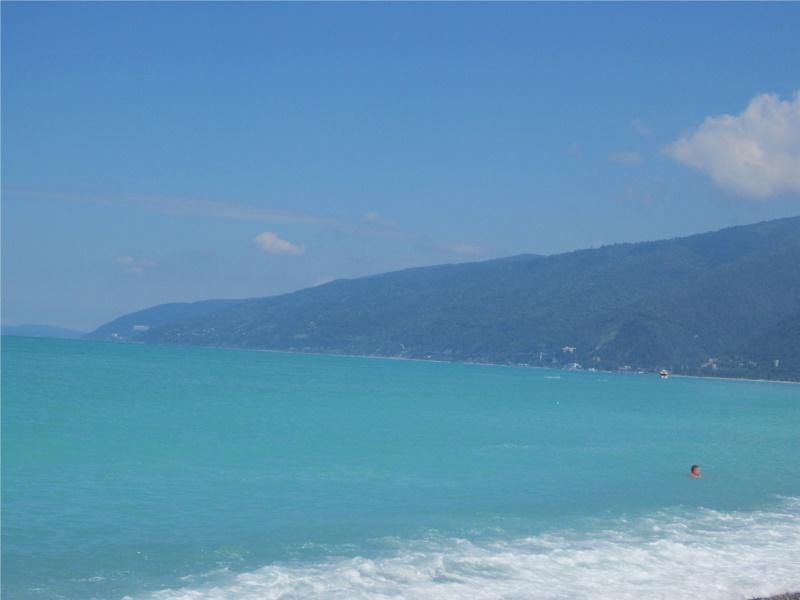 Бирюзовый цвет моря у побережья Гагры