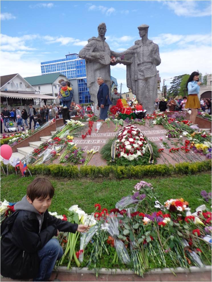 У памятника Трём солдатам в Адлере