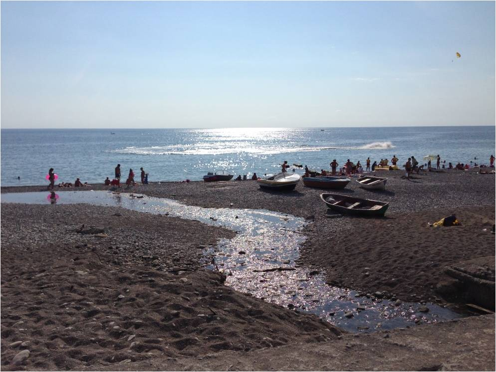Гагра: пляж в районе ул. Терешковой