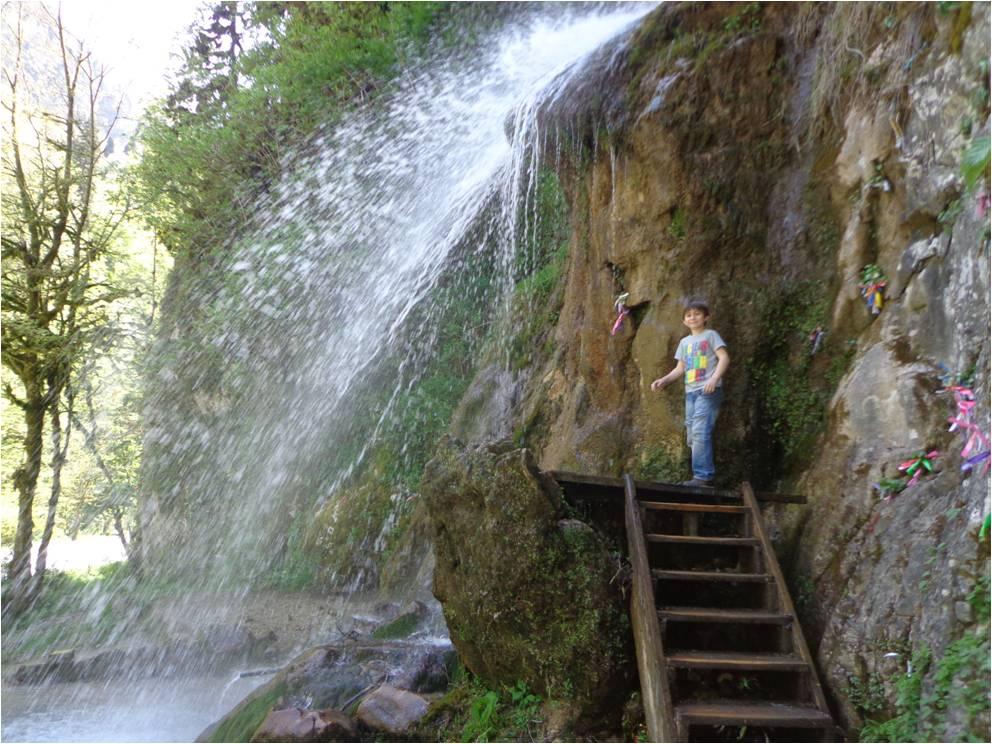 Очередной водопад по дороге на Рицу
