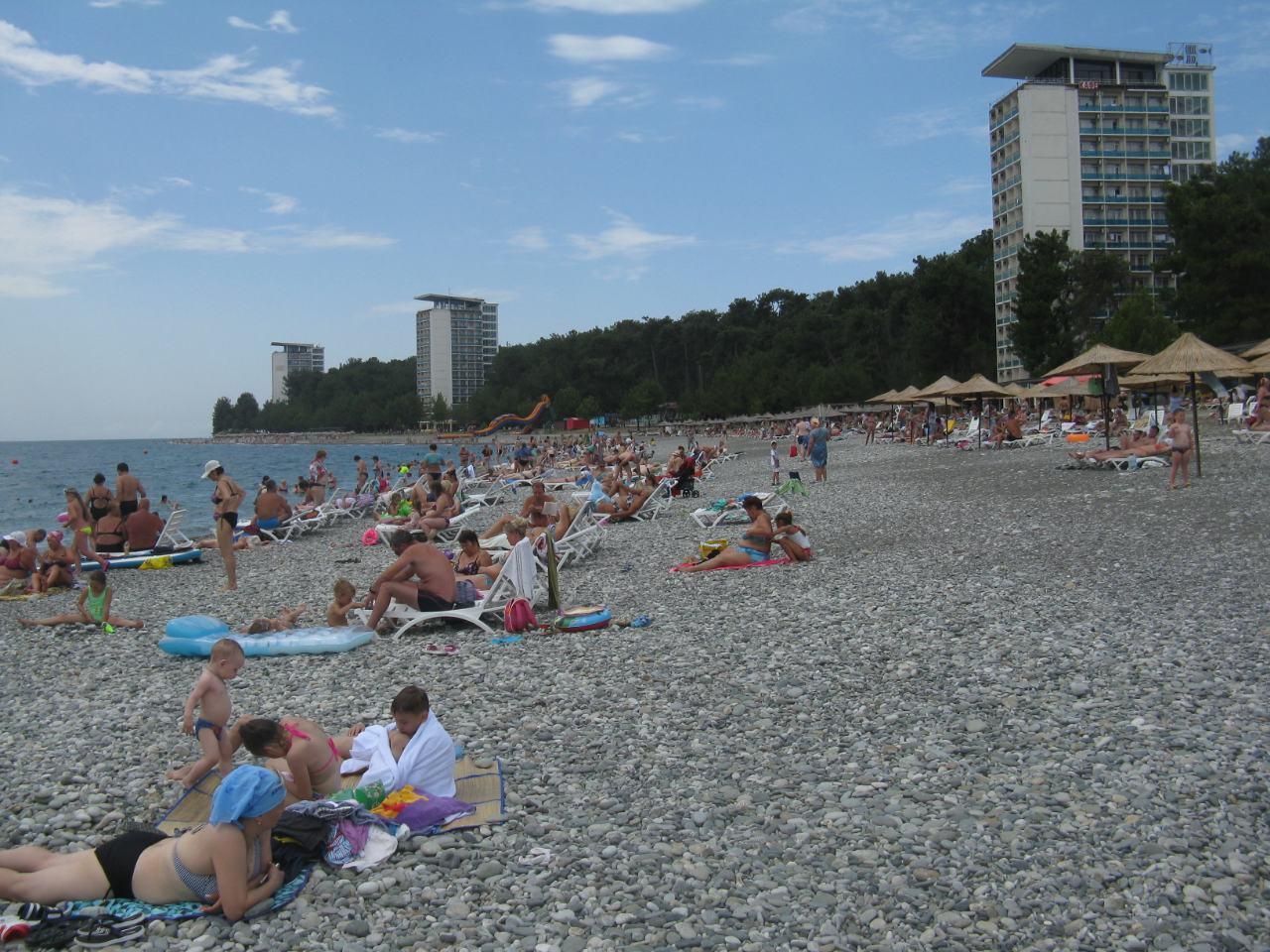 Пляж ОПК Пицунда в разгар летнего сезона