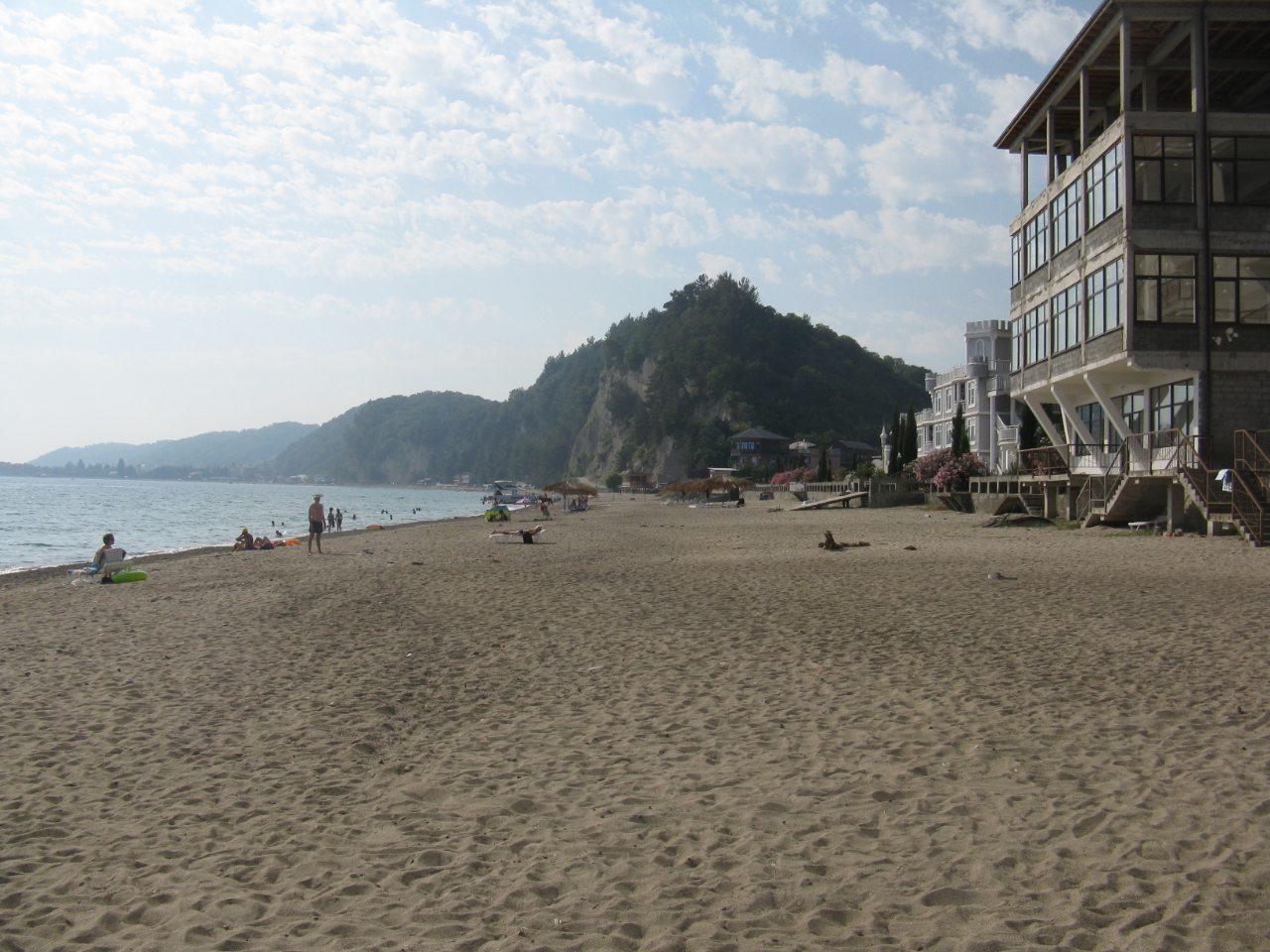 Песчаный пляж на окраине Лидзавы
