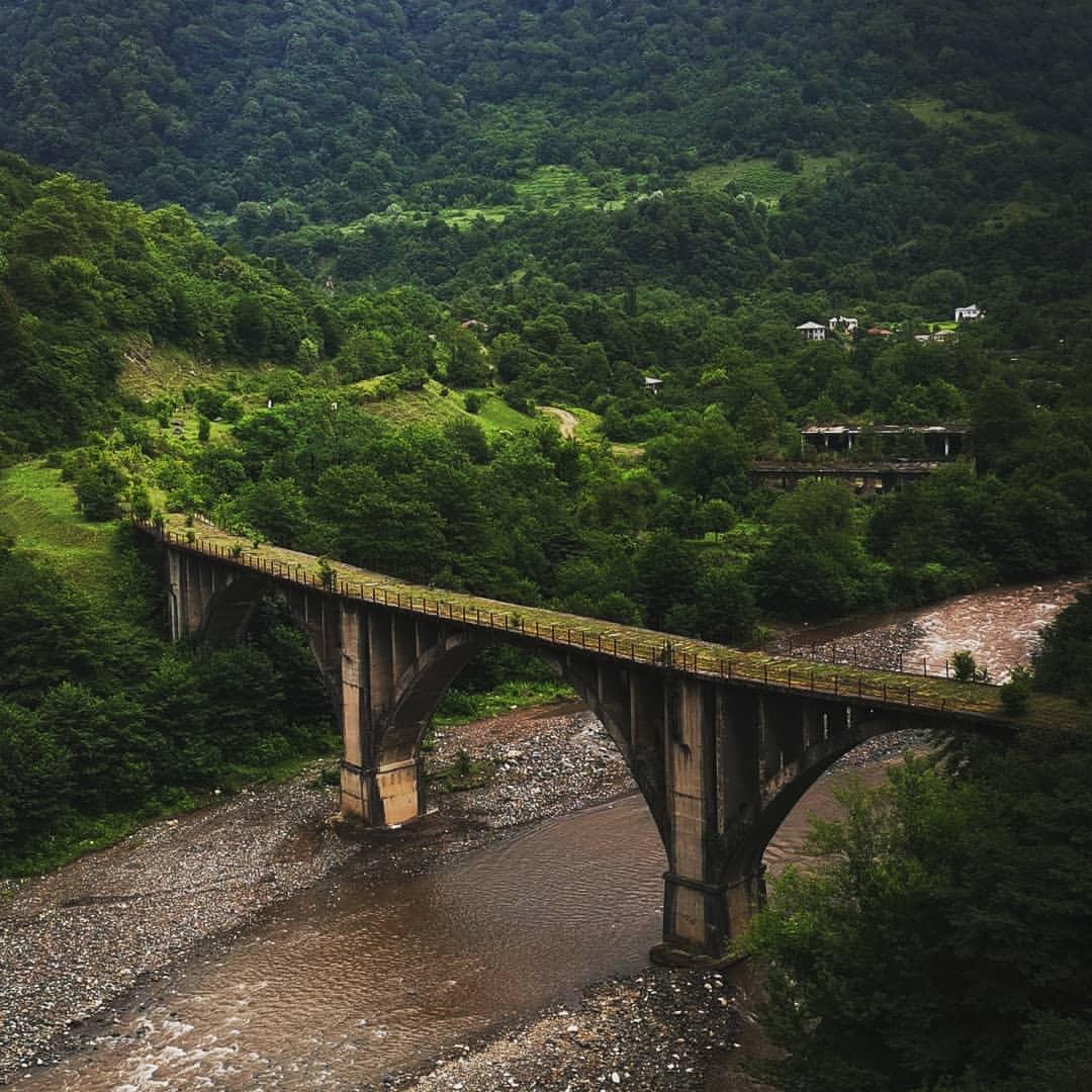 Заброшенный железнодорожный мост на въезде в Акармару
