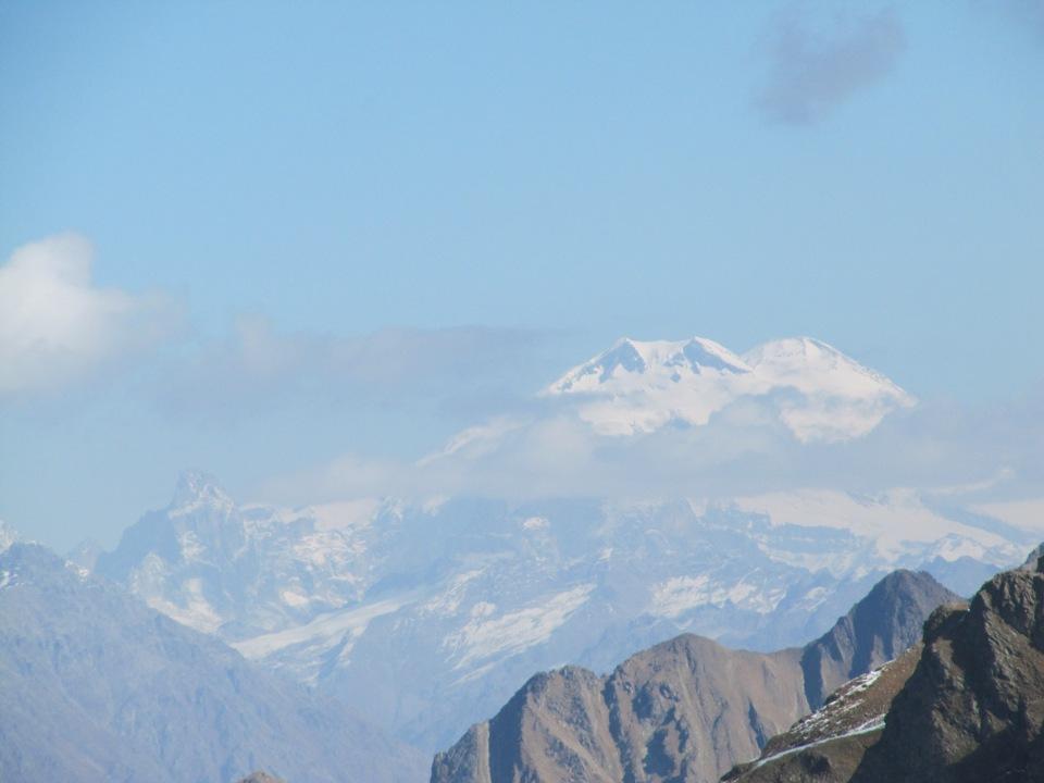 Далекие вершины Эльбруса просматриваются даже с Кодорского хребта