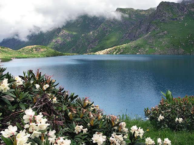 Спрятавшееся высоко в горах среди альпийских лугов озеро Адуэда