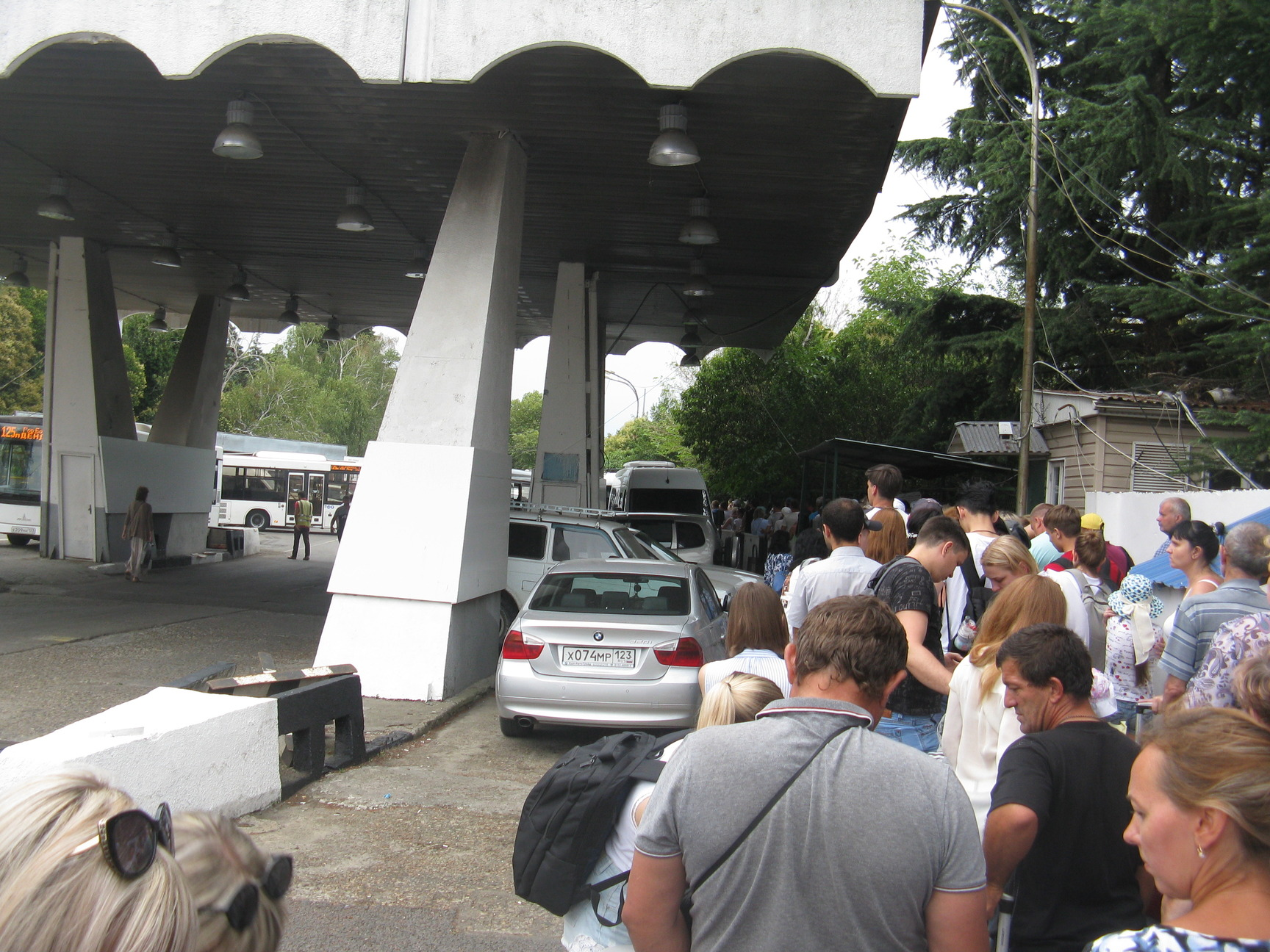 Очередь к терминалу  КПП на пешеходной части абхазской границы