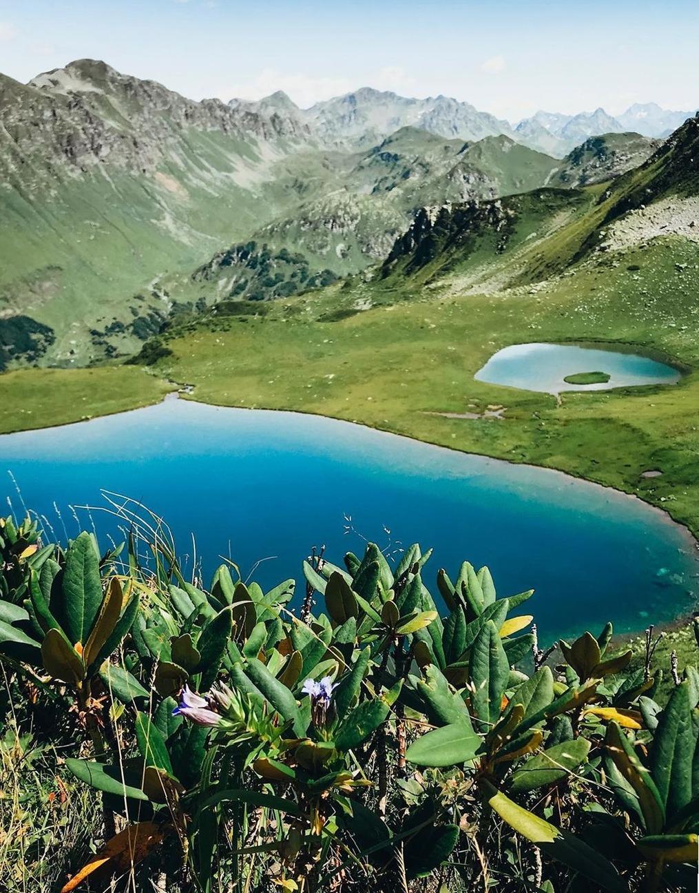 """Затерянное в альпийских лугах озеро Султан Идзиа - одно из 7 озер на маршруте: """"Джиппинг к перевалу Пыв + поход к семиозерью"""""""